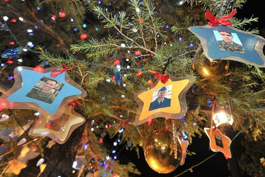 Patriotic Christmas Lights.Patriotic Christmas Tree Lighting Honors Military Santa