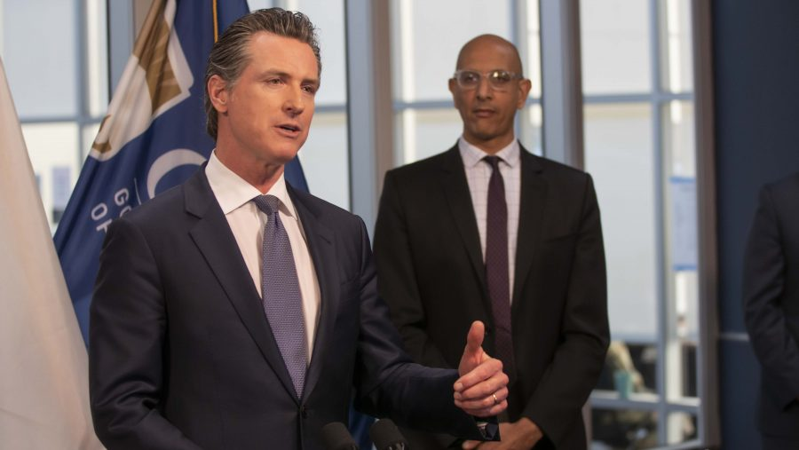 """Newsom dice que California esta """"a dias, no semanas"""" de reabrir"""
