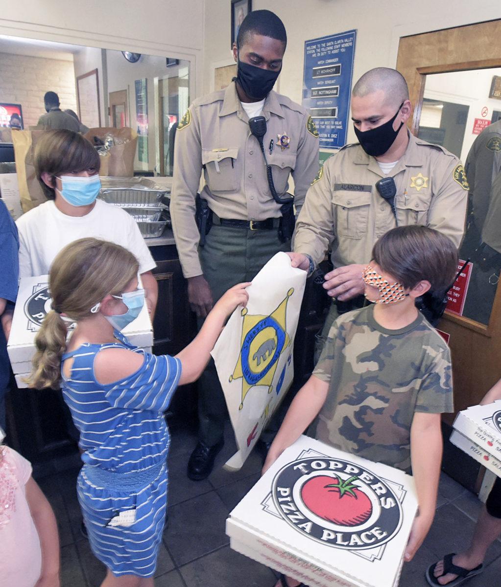 Kids deliver pizza to SCV deputies